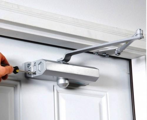 Как отрегулировать доводчик на дверь своими руками