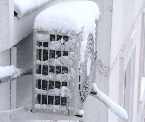 Дует из кондиционера зимой: что делать