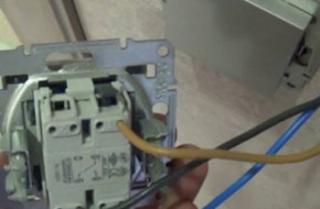 Как подключить двухклавишный выключатель Schneider Electric