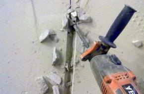 Как правильно штробить бетонную стену под проводку
