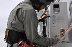 Как выполняется установка кондиционера альпинистом