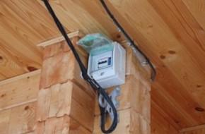 Как сделать электромонтаж в деревянном доме?