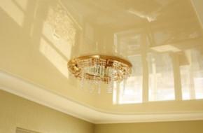 Глянцевые натяжные потолки — характеристики и особенности монтажа